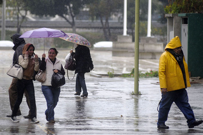 30125093. Tijuana, Baja California.- Fuertes lluvias azotan la región y se espera que permanezcan hasta el próximo lunes por lo que los tijuanenses han sacado sus paraguas para cubrirse. NOTIMEX/FOTO/EDUARDO JARAMILLO/EJC/WEA/