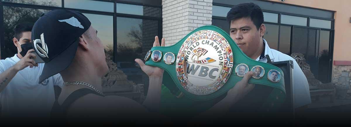 Óscar Valdez recibe el cinturón de campeón en su natal Nogales